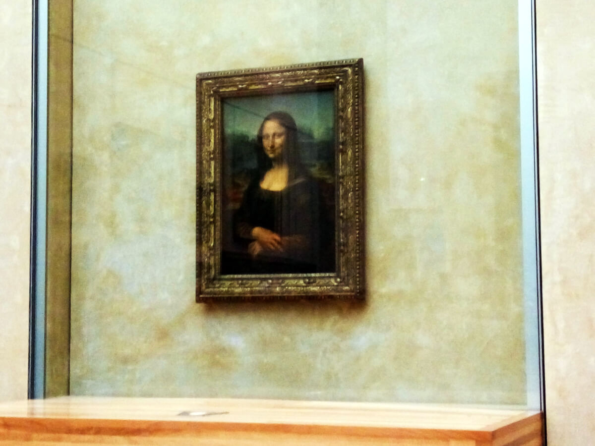 mona lisa painting at louvre museum