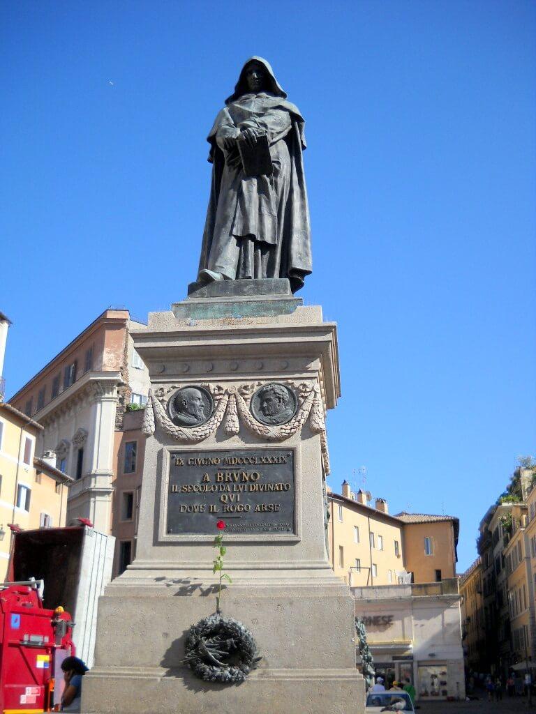 άγαλμα στη πλατεία campo di fiori της Ρώμης