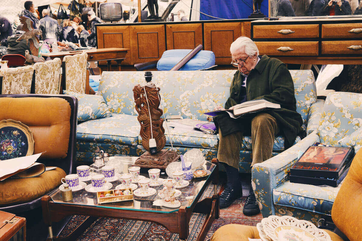 Man relaxing at a sofa at Porta Portese flea market